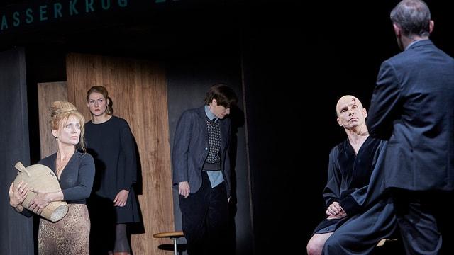 Die Darstellerinnen und Darsteller in Freys Inszenierung «Der zerbrochene Krug» am Schauspielhaus Zürich.
