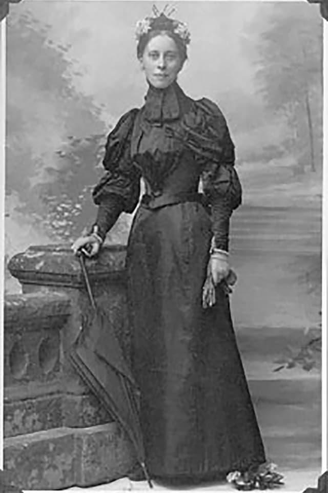 Eine Frau in Kleidung des späten 19. Jahrhundert in Grossbritannien.