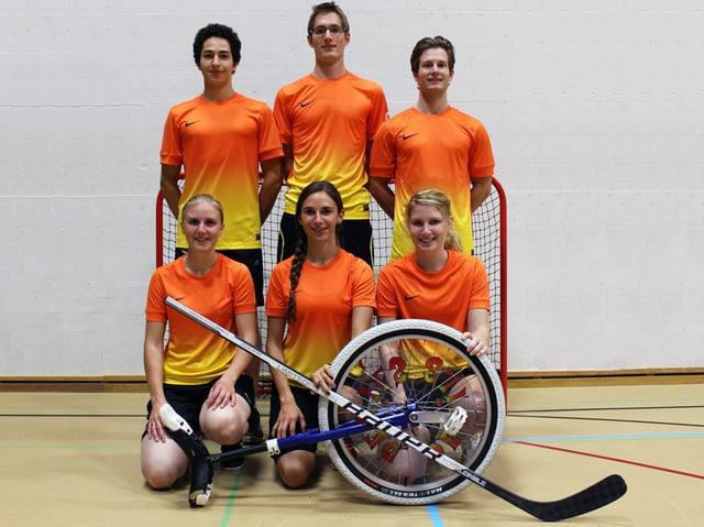 Einradhockeyteam des SC Dreitannen Olten: 3 Männer und 3 Frauen in orangen T-Shirts