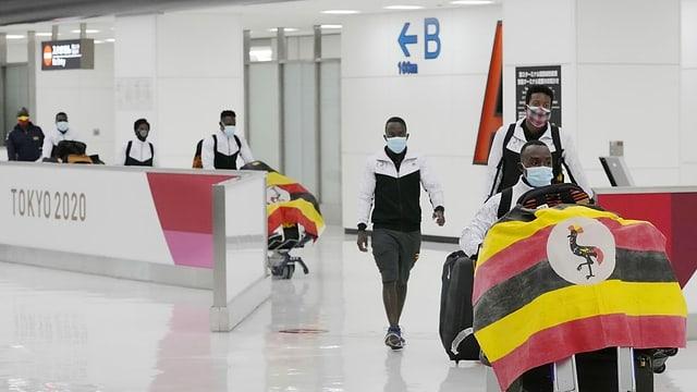 Team Uganda bei der Ankunft in Japan am Flughafen.