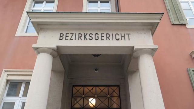 Eingang Gebäude, Aufschrift Bezirksgericht.