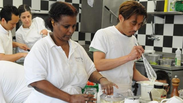 Zwei Personen kochen in einem Programm der Caritas St. Gallen-Appenzell