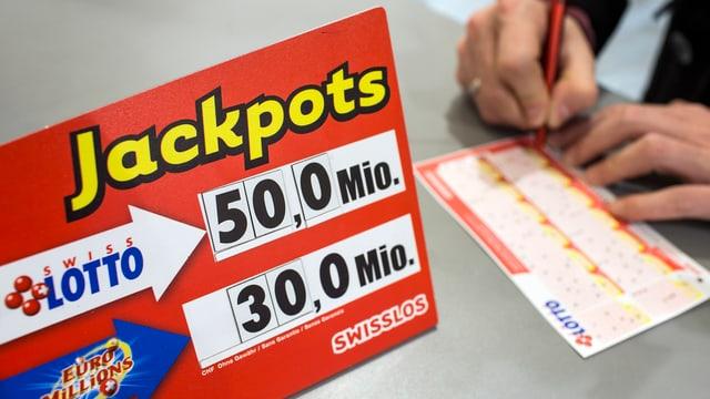 Ina persuna gioga lotto.
