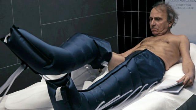 Michel Houellebecq trägt komische Hosen im Rahmen einer Wellness-Behandlung.