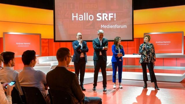 Begrüssen im Sportstudio die Teilnehmerinnen und Teilnehmer zum «Hallo SRF! Medienforum» bei SRF in Zürich Leutschenbach: Urs Leuthard (Moderator Abstimmungs- und Wahlsendungen), Sandro Brotz (Moderator «Arena»), Susanne Wille (Politmoderatorin) und Andrea Hemmi (Kommunikationschefin SRF)