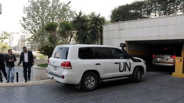 Fahrzeug der UNO vor einer Tiefgarage.