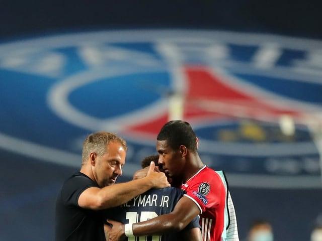 David Alaba und Hansi Flick trösten Neymar nach dem Schlusspfiff.