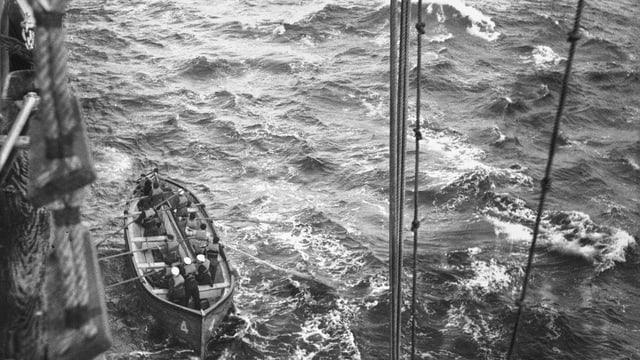Schwarz-weiss Fotografie eines Rettungsbootes im Meer