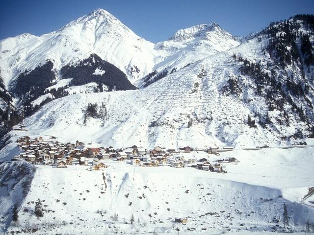 Das Dorf und ein kahler Hang oberhalb.