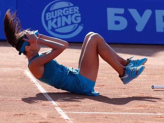 Olga Danilovic sinkt nach dem Matchball in Moskau zu Boden.