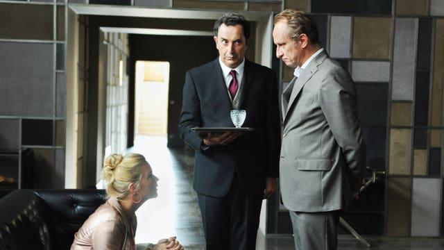 Pierre-André (Benoît Poelvoorde) macht Violette (Virginie Efira) ein Angebot, das sie nicht ablehnen kann.