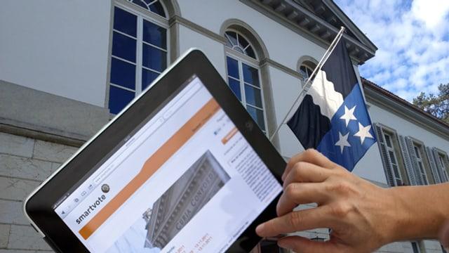 Mann hält Tablet mit Website von smartvote - im Hintergrund Aargauer Fahne vor Grossratsgebäude