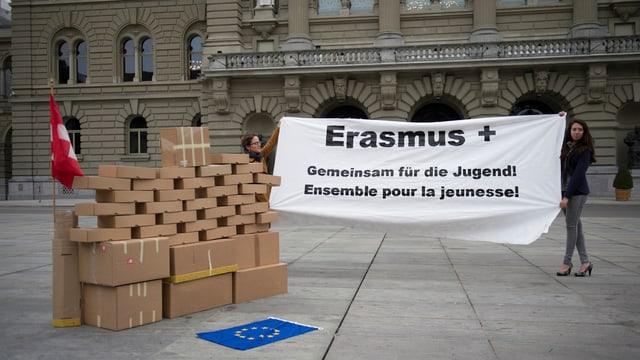 Jugendliche haben vor dem Bundeshaus eine symbolische Mauer aufgestellt und demonstrieren auf einem Banner für das Programm Erasmus+.
