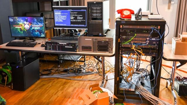 Computer und Kabelinstallationen