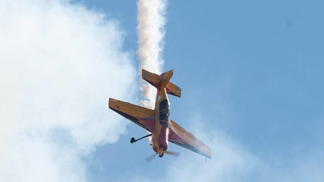 Propellerflugzeug im Sturzflug an einer Flugshow
