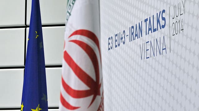 EU und Iran-Flagge vor einem Logo.