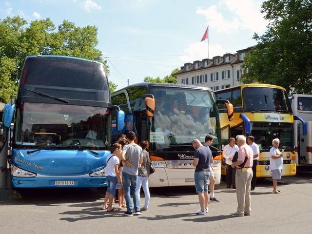 Reisende warten auf dem Carparkplatz Sihlquai in Zürich auf die Abfahrt der Busse nach Kosovo.