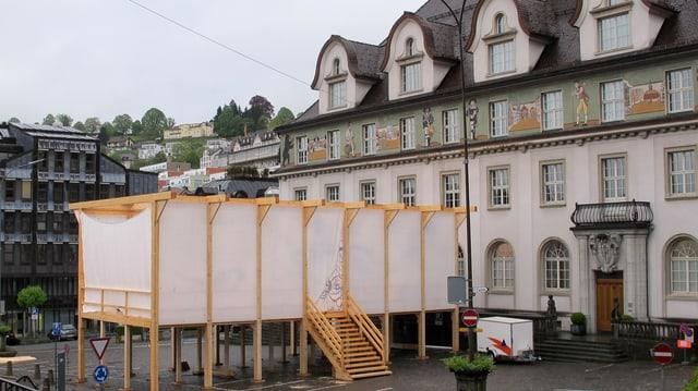 Die Wanderbühne von Architekt Ueli Frischknecht ist derzeit vor dem Regierungsgebäude in Herisau zu sehen.