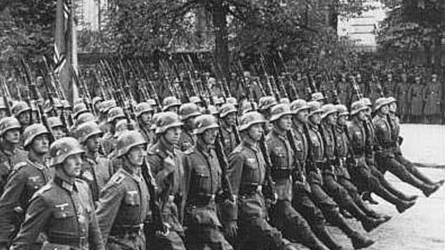 Wehrmachtssoldaten im Stechschritt