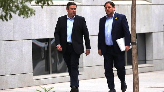 Ex-Vize-Präsident Oriol Junqueras schreitet an der Seite eines Anwalts zum Untersuchungsgericht in Madrid.