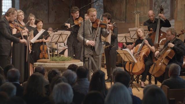 Daniel Hope spielt ein Konzert mit einem Kammerorchester.