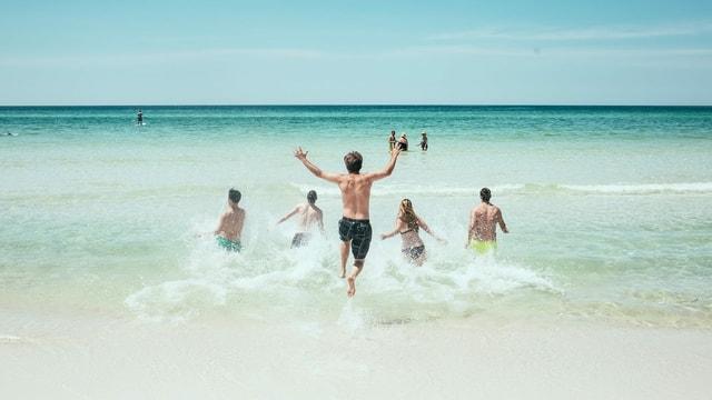 ina gruppa curra en la mar.