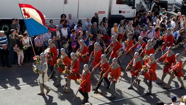 Krieger der Gesellschaft zur Constaffel marschieren zum Sechseläuten-Böögg.