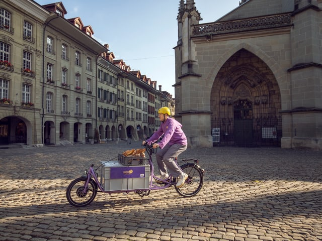 Velofahrer mit E-Cargo-Bike auf Münsterplatz