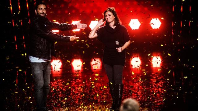 Jessica Maurer und Bligg auf der Bühne.