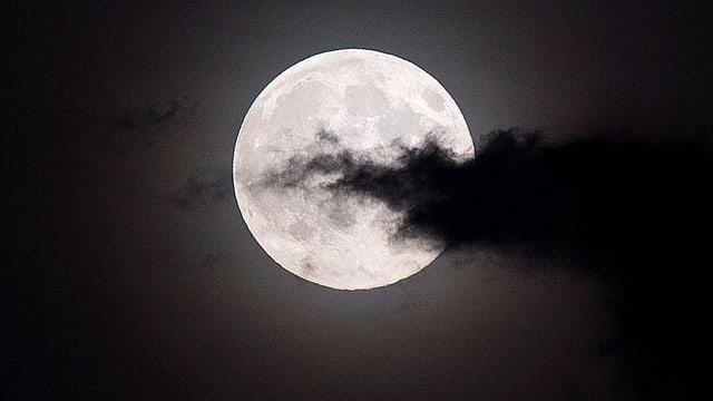 Vollmond mit einer dunklen Wolke davor.