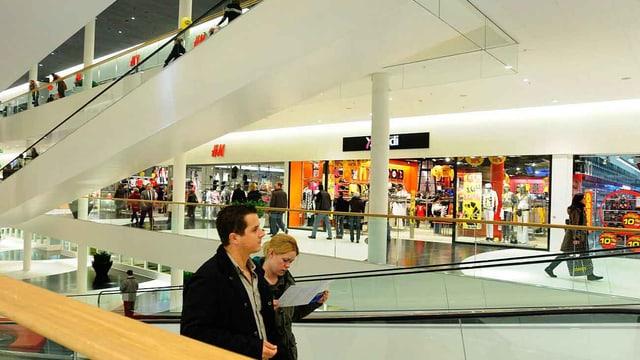 Leute in Einkaufszentrum