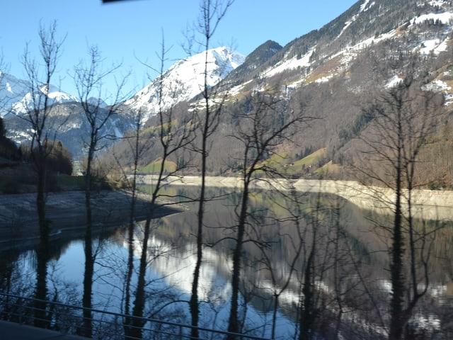 Blick über den halbvollen See vom Zug aus.