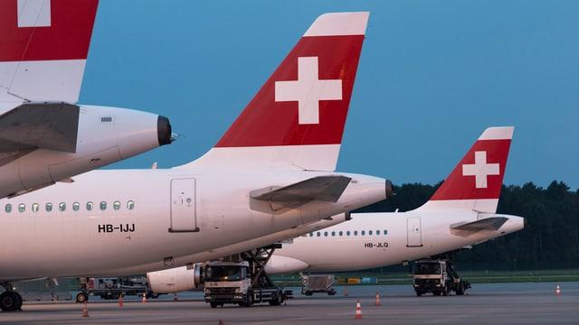 Swiss-Flugzeuge stehen am Flughafen Zürich.