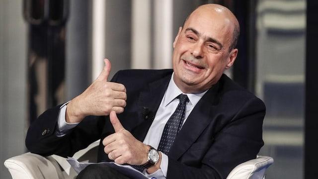 Zingaretti in einem Sessel, er gestikuliert und lacht.