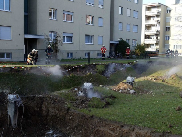 Betonpfeiler ragen aus mit Gras bewachsener Erde heraus