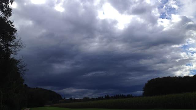 Dichte Wolken ziehen über Büren an der Aare.