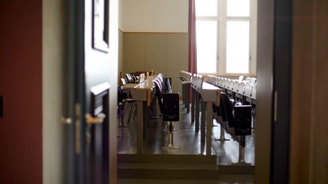 offene Tür zu einem Hörsaal der Universität Zürich