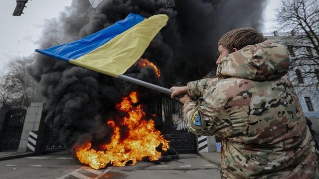 In um cun ina bandiera ucranaisa avant in fieu.