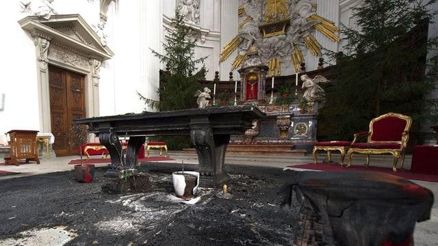 Abgebrannter Altarraum in der Kathedrale