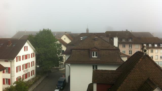 Am Sonntagmorgen steckte Solothurn im Nebel. Bild aus einer Dachwohnung über das graue Solothurn.