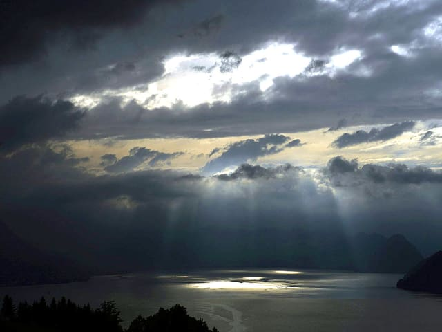 Blick auf den Vierwaldstättersee. Der Himmel ist mir schwarzen Wolken verhangen.