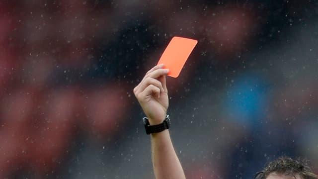 Eine rote Karte aufgestreckt in einer Hand