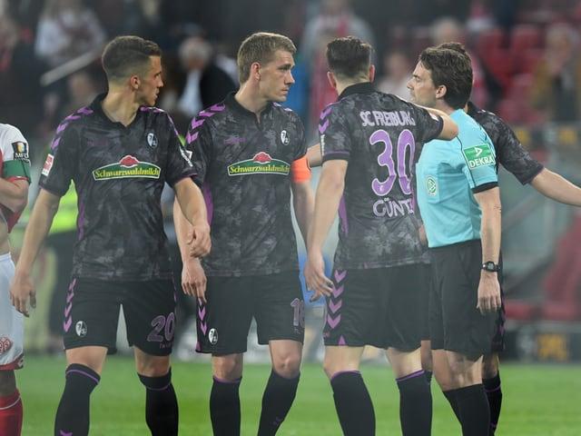 Schiedsrichter Guido Winkmann erklärt den Freiburgern seinen Entscheid.