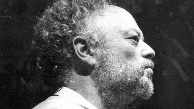 Schwarzweiss Aufnahme von Niklas Meienberg im Profil.