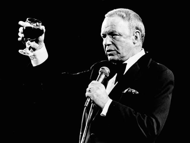Frank Sinatra auf der Bühne.