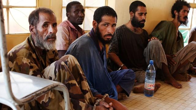 Gefangene Islamisten-Kämpfer, gefesselt mit Handschellen.