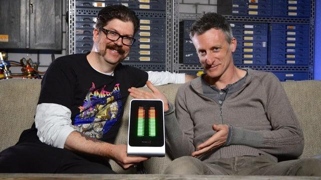 Guido Berger und Lucius Müller halten KIM in die Kamera