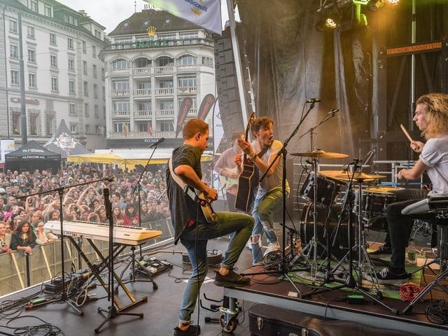 Trotz Regengüssen - das Publikum am Schweizerhofquai genoss die Konzerte.