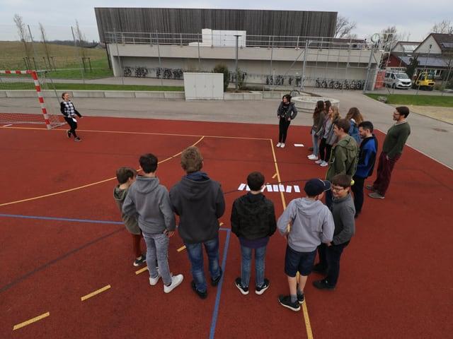 Die Schüler der Sek Marthalen versammeln sich auf dem Sportplatz.