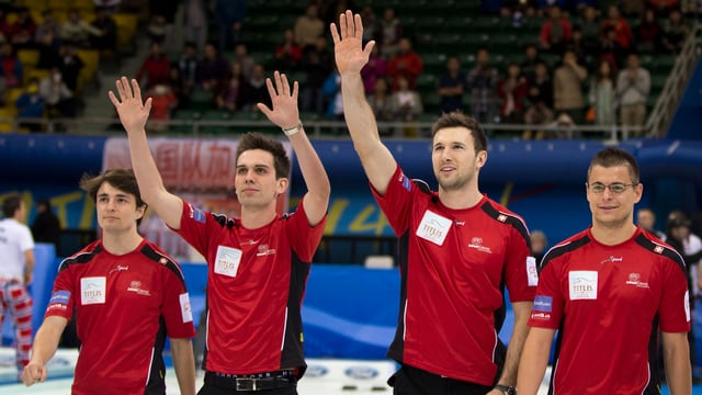 Vier Schweizer Curler winken und jubeln in die Menge.